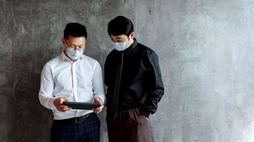 men using rugged tablet Zebra ET51